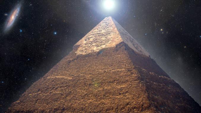 piramida-w-gizie-nocą.jpg