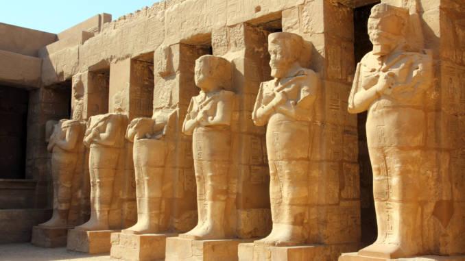 Posągi-faraonów-Karnak-Luksor-Egipt.jpg